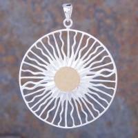 Magischer Amulett mit Sonnensymbol in Silber und teilvergoldet