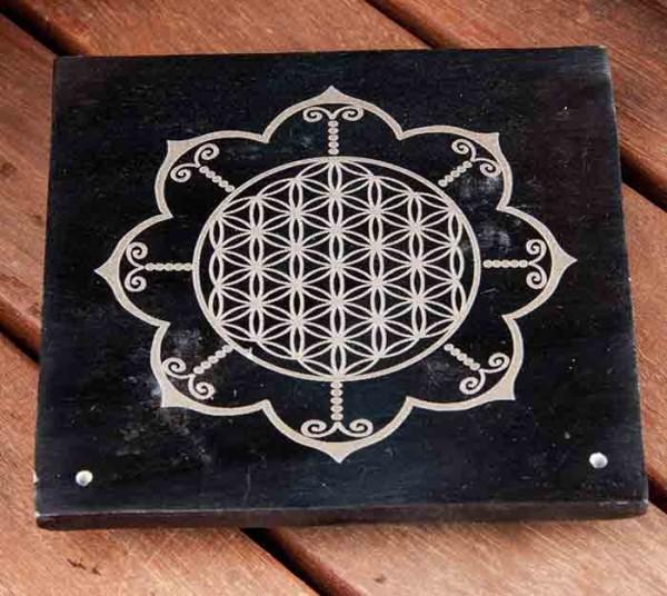 """schwarzer Räucherstäbchenhalter aus Specktein, mit eingelaserter """"Blume des Lebens"""" im Lotus"""