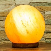 Salzkristalllampe Kugel mit Holzsockel; ENGELmagazin